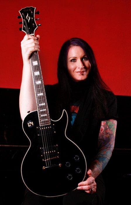 Emily from Down Under (Gitarristin von Trailer Park Sex)  mit ihrer Spear RD 200